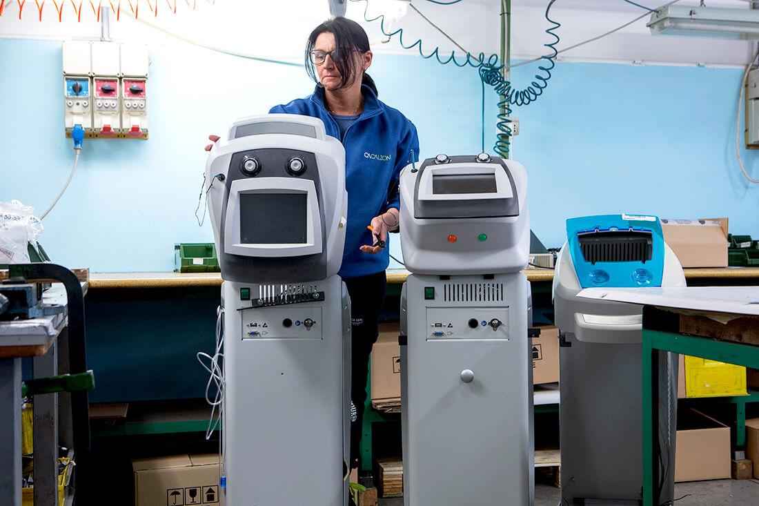 Operaia di Calzoni Assemblaggi che lavora a dei macchinari estetico medicali.
